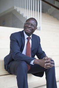 """20 Jahre LesArt - Karamba Diaby liest """"Mit Karamba in den Bundestag - Mein Weg vom Senegal ins deutsche Parlament"""""""